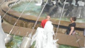 Fragment eines Stadtbrunnenabschlusses oben Leute gehen in den Marktplatz stock video