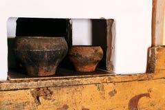 Fragment eines traditionellen russischen Ofens mit zwei Schmortöpfen stockfoto