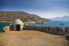 Fragment eines Verteidigungsturms und -wände in der Spinalonga-Festung Seeansicht von der Aussätziginsel in Griechenland lizenzfreies stockfoto