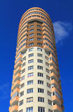 Fragment eines Wolkenkratzers auf einem Hintergrund des blauen Himmels in Kaliningrad Lizenzfreies Stockfoto