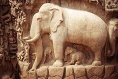 Fragment en pierre de soulagement de bas avec l'éléphant. Inde photos stock