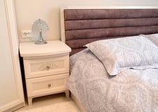 Fragment intérieur de chambre à coucher avec une table de chevet Type scandinave photographie stock libre de droits