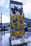 Fragment van Berlin Wall in Potsdamerpaltz in Berlin City Centre Stock Afbeeldingen