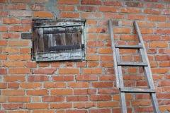Fragment van de bakstenen muur met houten venster stock fotografie