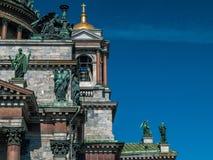 Fragment van de bouw van Issakievsky-Kathedraal met beeldhouwwerk stock foto's