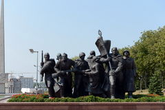 Fragment van de herdenkings`-Bevrijders van Vitebsk - Sovjetmilitairen, aanhangers en ondergrondse ` royalty-vrije stock afbeeldingen