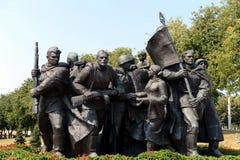 Fragment van de herdenkings`-Bevrijders van Vitebsk - Sovjetmilitairen, aanhangers en ondergrondse ` stock fotografie