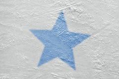 Fragment van de hockeyarena en het beeld van de blauwe ster stock afbeelding