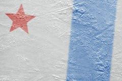 Fragment van de ijsarena met een rode ster en een blauwe lijn royalty-vrije stock fotografie