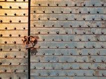 Fragment van de ijzerpoort met een oud hangslot wordt gesloten dat stock foto's