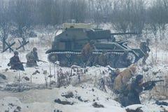 Fragment van de militair-historische festival` Januari Donder ` De gemotoriseerde artillerie zet su-76 en Sovjetinfanteristen op  Stock Afbeeldingen