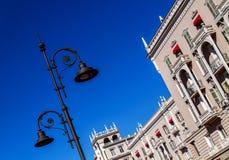 Fragment van de moderne stedelijke architectuurbouw buitenkant diagonaal Royalty-vrije Stock Foto