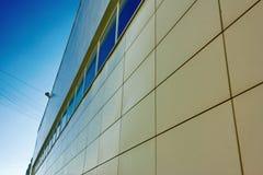 Fragment van de muur van de bouw van een groot winkelcentrum Stock Foto