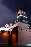 Fragment van de muur van Moskou het Kremlin bij nacht Royalty-vrije Stock Fotografie