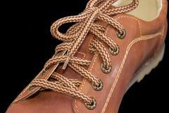 Fragment van de schoen van bruine mensen met schoenveters op donkere achtergrond Royalty-vrije Stock Foto's