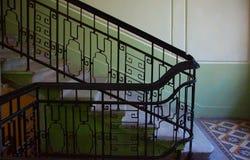 Fragment van de trap in de Art Nouveau-stijl in het huis op Kamennoostrovsky Royalty-vrije Stock Afbeeldingen