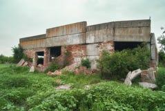 Fragment van de vernietigde muur van landbouwgebouwen op de gebieden Stock Fotografie