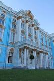 Fragment van de voorgevel van Catherine Palace van het park Pushkinstad stock afbeeldingen