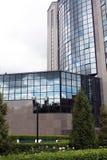 Fragment van de voorzijde van een modern gebouw Stock Afbeeldingen