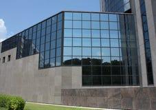 Fragment van de voorzijde van een modern gebouw Stock Afbeelding