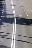 Fragment van de weg met wegnoteringen Stock Foto's