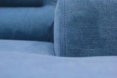 Fragment van de zetel, de rug en de armsteun van de blauwe bank stock afbeeldingen