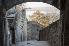 Fragment van dorp onder monastry op de Berg Heilige Mic Stock Afbeeldingen