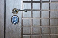 Fragment van een deur van de metaalingang Betrouwbare bruine deur royalty-vrije stock afbeelding