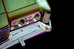 Fragment van een groene auto` s koplamp stock afbeeldingen