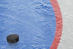 Fragment van een hockey goalie gebied met een puck stock afbeelding