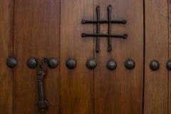 Fragment van een houten deur met een ijzerhandvat royalty-vrije stock afbeeldingen