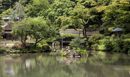 Fragment van een Japanse tuin met kunstmatige steeneilanden in t Stock Afbeelding