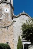 Fragment van een katholieke kathedraal met een klokketoren in een oude Spaanse stad royalty-vrije stock afbeeldingen