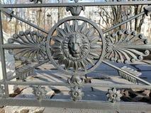 Fragment van een metaalomheining in de vorm van een leeuw stock foto