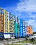 Fragment van een nieuw gebouw met meerdere verdiepingen in een nieuwe buurt in Kaliningrad Stock Fotografie