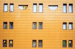 Fragment van een oranje muur met vensters Front View Een strikte laconieke stijl stock afbeelding