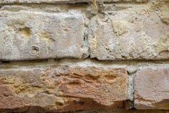 Fragment van een oude bakstenen muur De textuur van het metselwerk stock foto