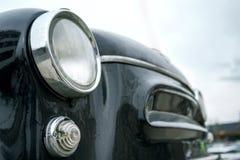 Fragment van een oude zwarte auto Chromium-geplateerd koplamp en flitslicht Selectieve nadruk outdoors royalty-vrije stock afbeeldingen