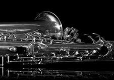 Fragment van een saxofoon op een zwarte achtergrond Stock Afbeelding