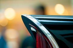 Fragment van een staartlicht van een zwarte retro auto stock afbeelding