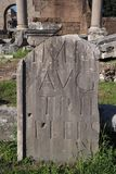 Fragment van een steen met Latijns manuscript stock afbeeldingen