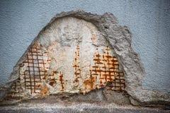 Fragment van een verbrijzelde muur met een versterkt metaalnetwerk royalty-vrije stock afbeeldingen
