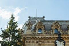 Fragment van een verfraaide voorgevel van een oud gebouw op Lancu DE Hunedoara straat in de stad van Boekarest in Roemenië Stock Afbeeldingen