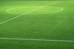 Fragment van een vers groen voetbalgebied met het merken voor de achtergrond stock fotografie