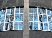 Fragment van enigszins ronde muur met grote vensters die park overzien Stock Foto's