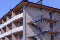Fragment van façade van het hotel op de muur waarvan er verscheidene airconditioners zijn stock foto