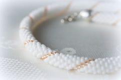 Fragment van geparelde halsbanden in witte en gouden parels Stock Afbeelding