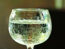 Fragment van glas met waterdrank die wordt gevuld stock foto