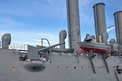 Fragment van het legendarische schip van de Dageraad van de Revolutiekruiser op Neva River in St. Petersburg, Rusland stock foto