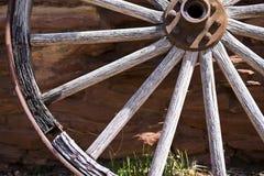 Fragment van het oude wiel dichtbij een steenmuur Royalty-vrije Stock Foto